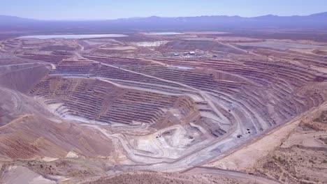 Una-Antena-Sobre-Una-Vasta-Mina-A-Cielo-Abierto-En-El-Desierto-De-Arizona-5