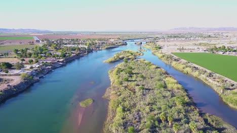Eine-Hohe-Antenne-über-Dem-Colorado-Fluss-Der-Entlang-Der-Grenze-Von-Kalifornien-Arizona-Fließt-4