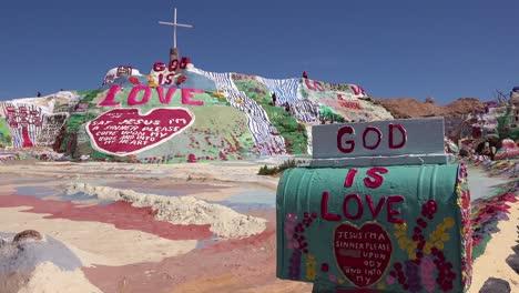 Eine-Riesige-Hippie-christliche-Kunstinstallation-Ehrt-Jesus-In-Der-Wüste-In-Slab-City-Kalifornien