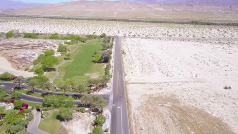 Un-Contraste-Aéreo-De-Vegetación-Y-Desierto-Cerca-De-Palm-Springs-California-