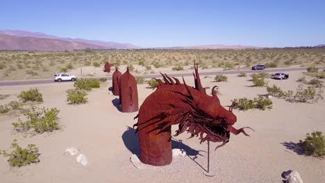 Una-Antena-Sobre-Una-Escultura-De-Dragón-De-Metal-Gigante-En-El-Desierto-Cerca-De-Borrego-Springs-California