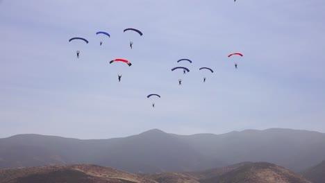 Las-Fuerzas-Militares-De-élite-Y-Los-Paracaidistas-Se-Lanzan-En-Paracaídas-Y-Aterrizan-En-Un-Campo-Durante-Las-Operaciones-De-Entrenamiento-4