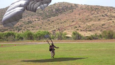 Las-Fuerzas-Militares-De-élite-Y-Los-Paracaidistas-Se-Lanzan-En-Paracaídas-Y-Aterrizan-En-Un-Campo-Durante-Las-Operaciones-De-Entrenamiento-5