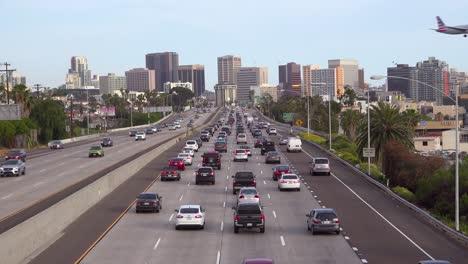 El-Tráfico-Se-Mueve-A-Lo-Largo-De-Una-Autopista-De-California-Cerca-De-San-Diego-Con-Aviones-Que-Aterrizan-En-Lo-Alto