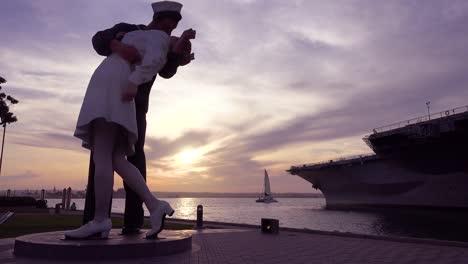 Una-Famosa-Estatua-De-Un-Marinero-Besando-A-Una-Niña-Al-Final-De-La-Segunda-Guerra-Mundial-Al-Atardecer-En-Un-Parque-De-San-Diego