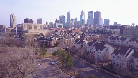 Una-Hermosa-Antena-Sobrevolando-Los-Suburbios-Hacia-Minneapolis-Minnesota-1