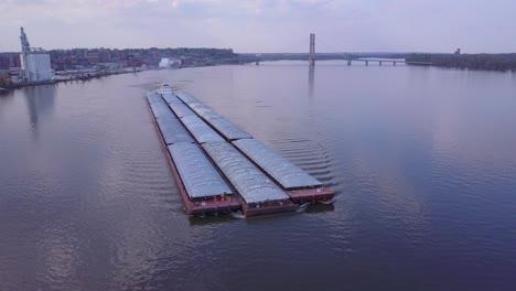 Una-Hermosa-Antena-De-Una-Barcaza-Que-Viaja-Por-El-Río-Mississippi-