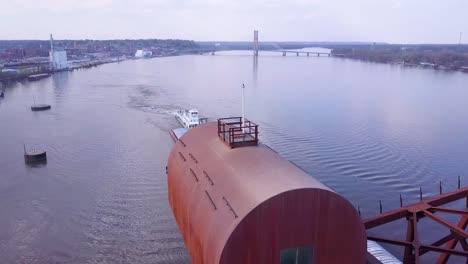 Una-Hermosa-Antena-De-Una-Barcaza-Que-Viaja-Bajo-Un-Puente-Levadizo-De-Acero-Sobre-El-Río-Mississippi