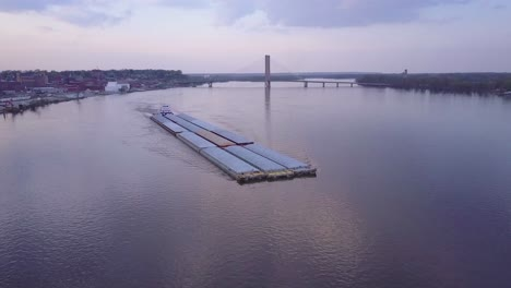 Una-Hermosa-Antena-De-Una-Barcaza-Que-Viaja-Por-El-Río-Mississippi-1