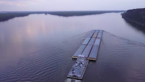 A-beautiful-vista-aérea-of-a-barge-traveling-on-the-Mississippi-Río-2