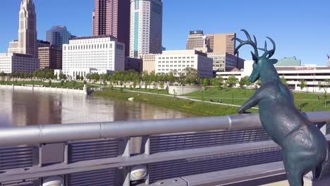 Una-Escultura-De-Ciervo-Domina-Columbus-Ohio-Desde-Un-Puente