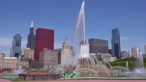Establishing-shot-of-downtown-Chicago-with-fountains