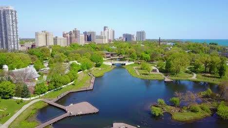 Schöne-Luftaufnahme-Von-Parks-Entlang-Der-Lakeshore-Avenue-In-Der-Innenstadt-Von-Chicago-
