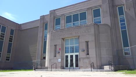 Exterior-Que-Establece-La-Toma-De-Una-Escuela-Vocacional-En-El-Lado-Sur-De-Chicago