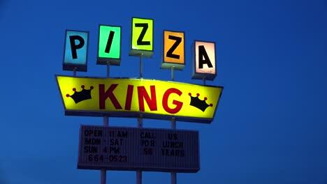 Un-Letrero-De-Neón-Retro-Identifica-El-Restaurante-Pizza-King