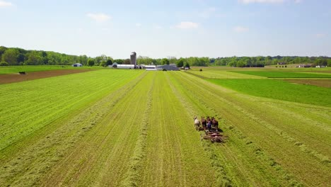 An-amazing-vista-aérea-of-Amish-farmers-tending-their-fields-with-horse-and-plow