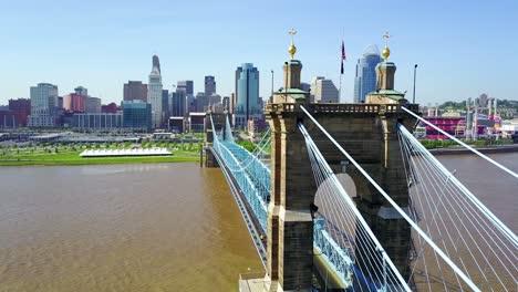 Una-Hermosa-Toma-Aérea-De-Cincinnati-Ohio-Con-El-Puente-Que-Cruza-El-Río-Ohio-En-Primer-Plano