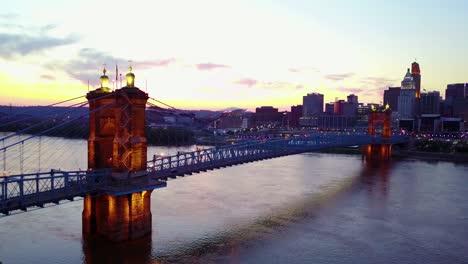 A-beautiful-evening-vista-aérea-shot-of-Cincinnati-Ohio-with-bridge-crossing-the-Ohio-Río-foreground-2