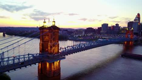 Una-Hermosa-Toma-Aérea-De-La-Noche-De-Cincinnati-Ohio-Con-El-Puente-Que-Cruza-El-Río-Ohio-En-Primer-Plano-3