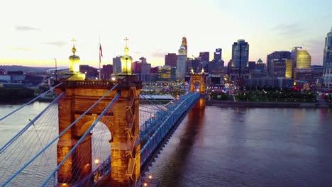 Una-Hermosa-Toma-Aérea-De-La-Tarde-De-Cincinnati-Ohio-Con-El-Puente-Que-Cruza-El-Río-Ohio-En-Primer-Plano-4
