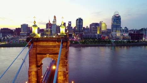 Una-Hermosa-Tarde-Aérea-De-Cincinnati-Ohio-Con-El-Puente-Que-Cruza-El-Río-Ohio-En-Primer-Plano