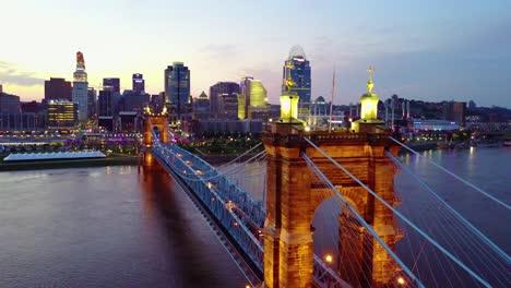Una-Hermosa-Toma-Aérea-De-La-Tarde-De-Cincinnati-Ohio-Con-El-Puente-Que-Cruza-El-Río-Ohio-En-Primer-Plano-6