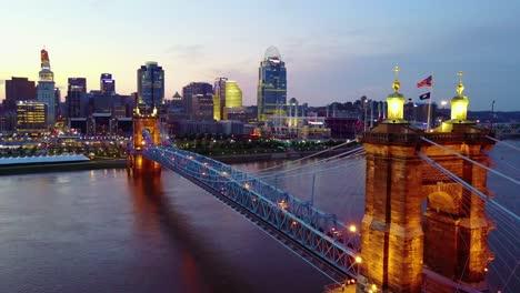 Una-Hermosa-Toma-Aérea-De-La-Noche-De-Cincinnati-Ohio-Con-El-Puente-Que-Cruza-El-Río-Ohio-En-Primer-Plano-7