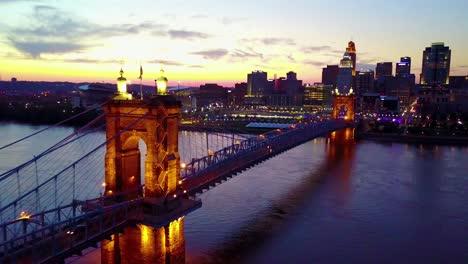 Una-Hermosa-Toma-Aérea-De-La-Tarde-De-Cincinnati-Ohio-Con-El-Puente-Que-Cruza-El-Río-Ohio-En-Primer-Plano-9