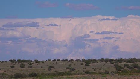 Hermosas-Paredes-De-Tormentas-Y-Nubes-De-Tormenta-Se-Mueven-A-Través-Del-Desierto-De-Nuevo-México