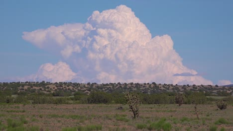 Zeitraffer-Von-Wunderschönen-Gewitterwänden-Und-Gewitterwolken-Ziehen-über-Die-Wüste-Von-New-Mexico
