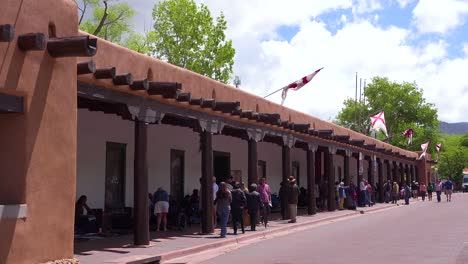 A-beautiful-adobe-building-wth-american-indian-crafts-on-sale-in-Santa-Fe-New-Mexico