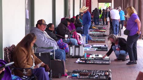 Los-Indios-Americanos-Vende-Artesanías-Hechas-A-Mano-A-Lo-Largo-De-Una-Acera-En-Santa-Fe-Nuevo-México-1