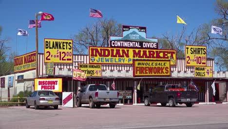 Una-Hortera-Tienda-De-Souvenirs-Indios-Americanos-En-La-Carretera-En-Nuevo-México