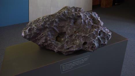 Un-Fragmento-De-Un-Meteoro-Se-Ve-En-Una-Exhibición-De-Museo