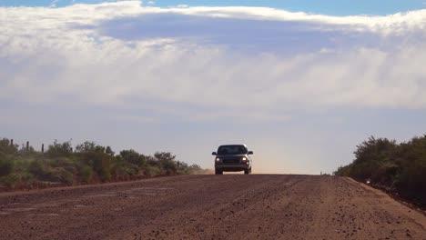 Una-Camioneta-Se-Conduce-Por-Un-Camino-De-Tierra