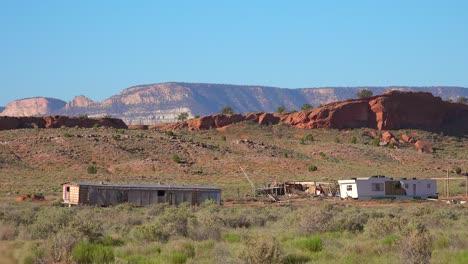 Destruir-Y-Abandonar-Remolques-Y-Casas-De-Pie-En-La-Tierra-De-Los-Indios-Americanos-Navajo-Cerca-De-Monument-Valley