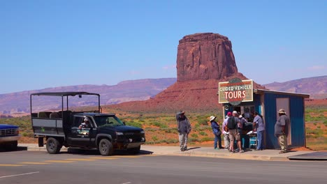 Jeeps-and-tour-vehicles-at-the-Navajo-Tribal-Park-Monument-Valley