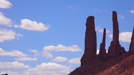 Beautiful-time-lapse-of-spire-formations-in-Monument-Valley-Utah
