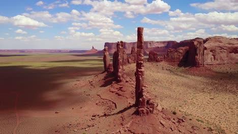 Wunderschöne-Inspirierende-Luft-über-Spitzen-Und-Felsformationen-Im-Monument-Valley-Utah-1