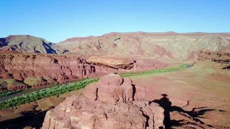 Una-Notable-Antena-Sobre-La-Formación-Rocosa-Del-Sombrero-Mexicano-En-El-Sur-De-Utah-1