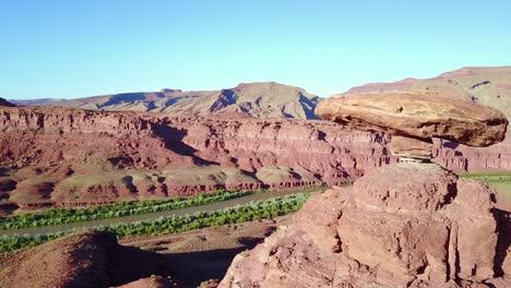 Una-Notable-Antena-Sobre-La-Formación-Rocosa-Del-Sombrero-Mexicano-En-El-Sur-De-Utah-2
