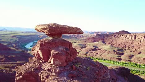 A-remarkable-vista-aérea-over-the-Mexican-Hat-rock-formation-in-southern-Utah-3