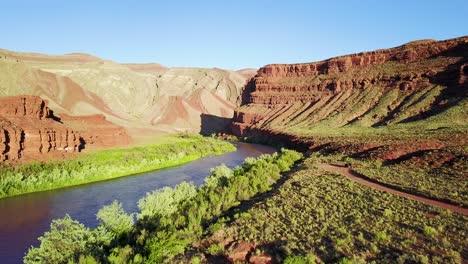 Vista-Aérea-along-the-mountains-and-San-Juan-Río-in-Utah-1