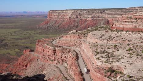 Antena-Como-Un-Camión-Viaja-Por-La-Peligrosa-Carretera-De-Montaña-De-Moki-Dugway-Desierto-De-Nuevo-México-Suroeste