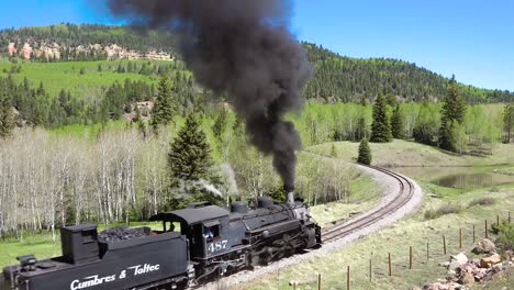 Bajo-Del-Tren-De-Vapor-Cumbres-Y-Toltecas-Moviéndose-A-Través-De-Las-Montañas-De-Colorado-Cerca-De-Chama-Nuevo-México-1