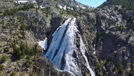 Hermosa-Antena-Sobre-Una-Cascada-Furiosa-Cerca-Del-Parque-Nacional-De-Yosemite-California-3