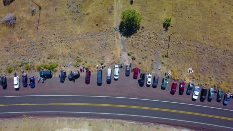 Una-Toma-Aérea-De-Descenso-De-Un-Hombre-Mirando-El-Eclipse-Solar-Con-Gafas-A-Lo-Largo-De-Una-Carretera