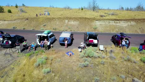 An-vista-aérea-perspective-of-people-watching-a-solar-eclipse-along-a-highway-or-road