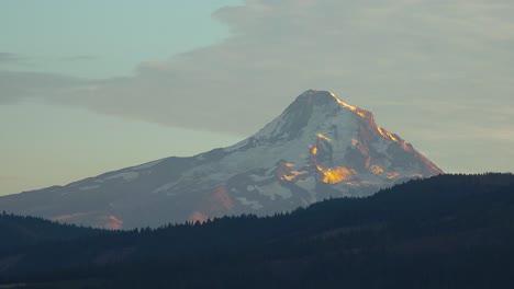 La-Luz-Del-Atardecer-En-El-Monte-Hood-Cerca-Del-Río-Hood-Oregon-Con-Granjas-Y-Campos-En-Primer-Plano-2