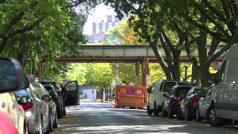 Toma-De-Establecimiento-De-Un-Barrio-En-El-Centro-De-Chicago-Pasando-Por-El-Tren-Wil-El